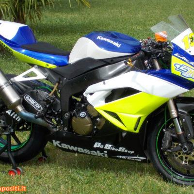 Kawasaki con grafiche racing con effetto fluo