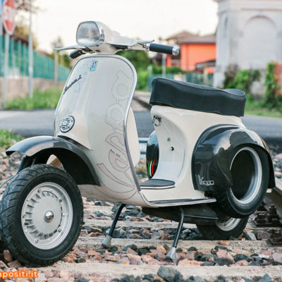 Vespa Sprint 150 con parti custom in carbonio